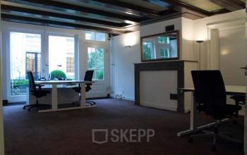 bureau stoelen werkplek kantoorruimte kantoorkamer