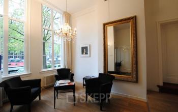 stoelen raam gracht kantoorpand Amsterdam