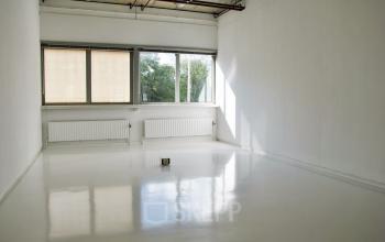 kantoorkamer verwarming ramen lichtinval wit modern industrieel