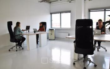 kantoorruimte kantoorkamer ramen licht bureau werken