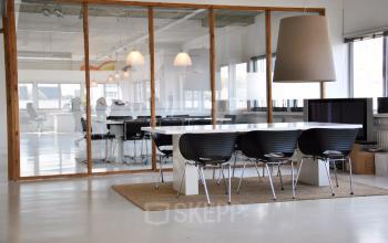 tafel stoelen lunchruimte sociaalhart kantoorgebouw Amsterdam