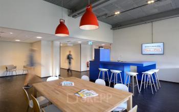 kantoorpand apeldoorn gemeenschappelijke ruimte lunchruimte krukken tafel stoelen