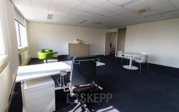 Light and modern office rooms available