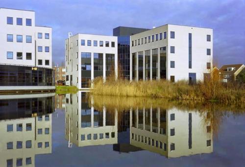 Capelle aan den IJssel representatief kantoorgebouw met een aantrekkelijke vijver bij het kantoor, fraai uitzicht vanuit de kantoorruimte