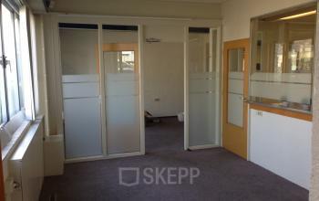 beschikbare kantoorkamer kantoorgebouw cuijk deuropening vloerbedekking deuren ramen uitzicht