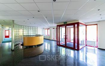 De centrale entree van het kantoorgebouw