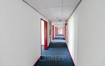 De gangen in het kantoorpand aan de Keulenstraat