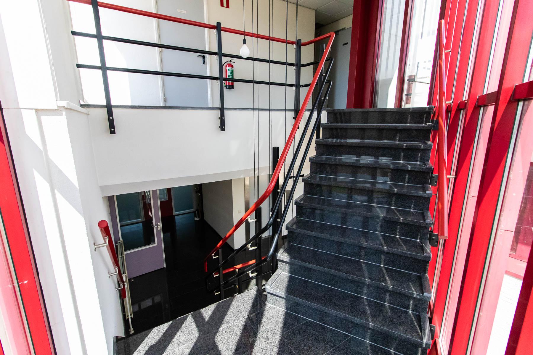 De trappen in het kantoorgebouw