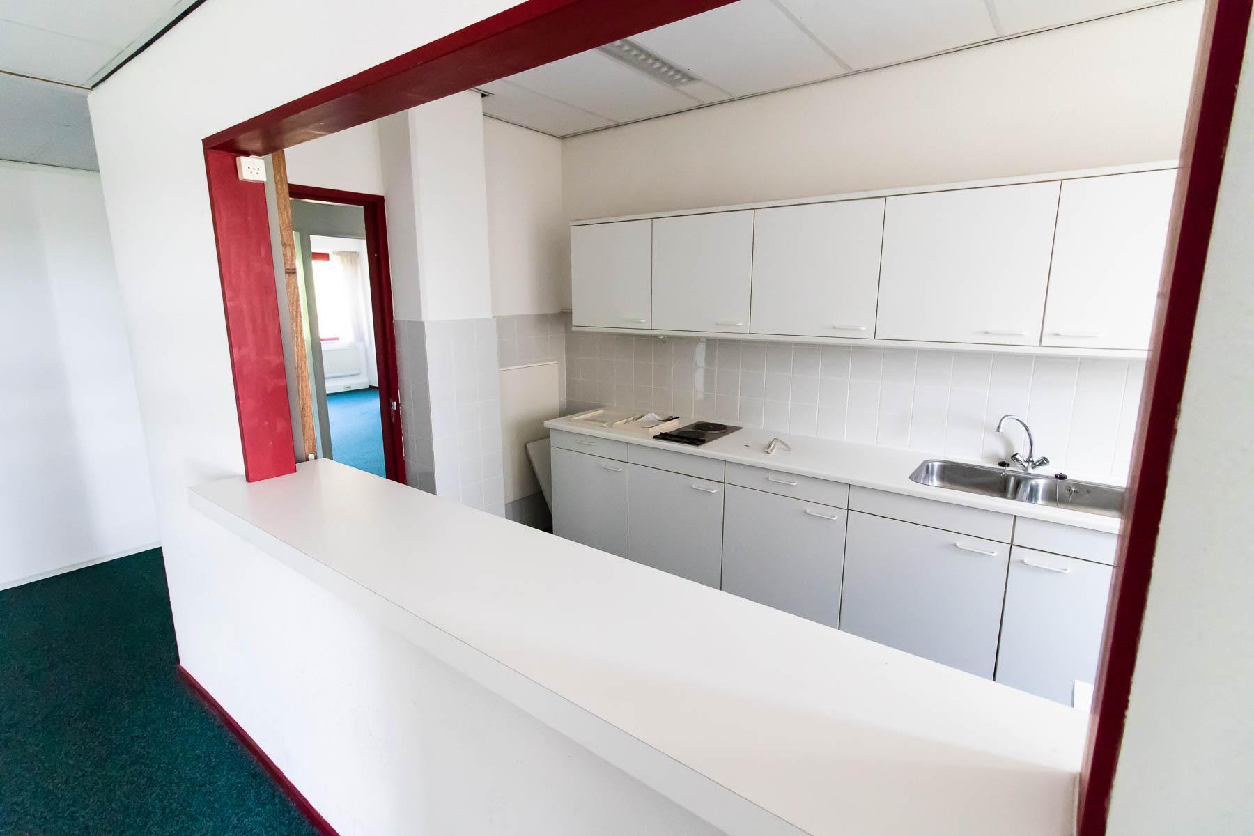 De pantry in het kantoorgebouw
