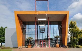 kantoorgebouw duiven stenograaf buitenzijde fietsenstalling ingang entree