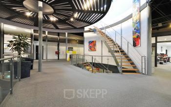 gemeenschappelijke ruimte trappenhuis kantoorgebouw duiven stenograaf vloerbedekking lampen