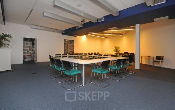 vergaderzaal tafel stoelen presentatiemogelijkheden vloerbedekking lampen plant huur SKEPP