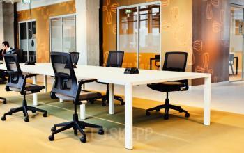 Een kantoorruimte met werkplekken