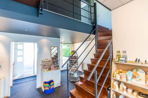 Ingang tot het kantoor via trappenhuis in winkel