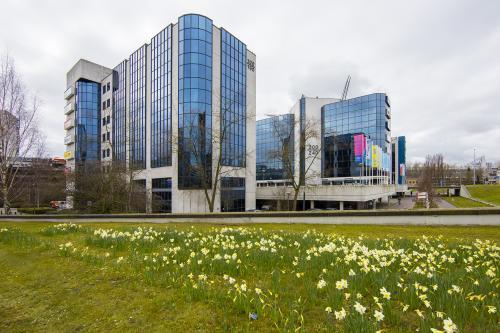 kantoorpand buitenzijde fellenoord eindhoven groene omgeving representatief modern eigentijds