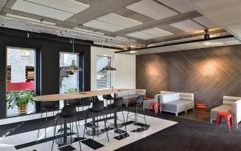 algemene ruimte tafel stoelen loungeplekken flight forum eindhoven airport kantoorgebouw