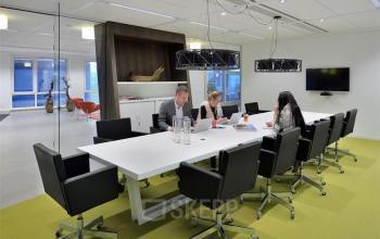 gemeubileerde vergaderzaal in kantoorpand eindhoven lichtinval transparant