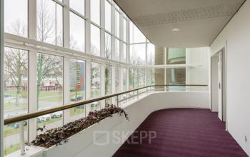 De gangen in het kantoorpand in Enschede