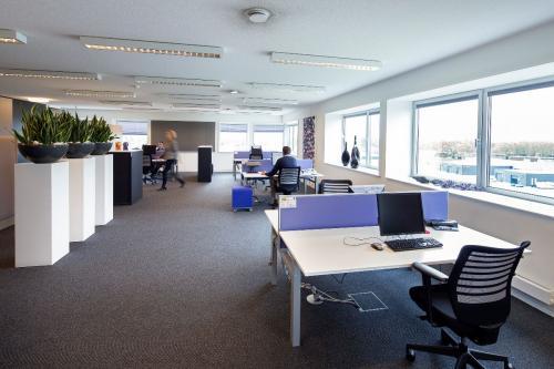Kantoorruimte met werkplekken