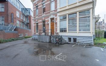 Ingang parkeerplaats kantoorpand kantoorruimte kantoorkamer Groningen stad