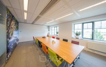 vergaderen vergaderruimte tafel stoelen raam Haarlem