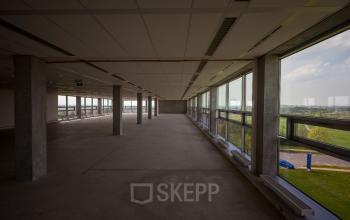 Een grote lege kantoorruimte