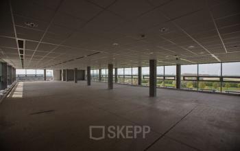 Een kantoorruimte met veel ramen
