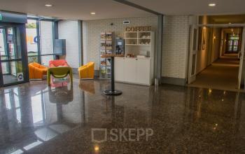 binnenkomst kantoorgebouw Helmond Steenovenweg met meubilair