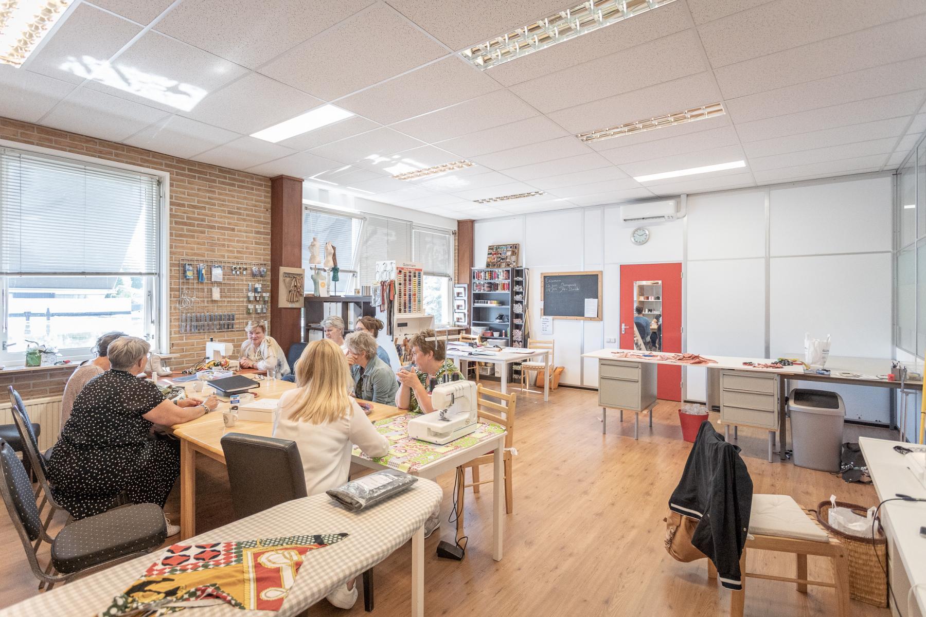 kantoorkamer kantoorruimte werkplek kantoorpand Hengelo industrieterrein goed bereikbaar gratis parkeren ingerichte kantoorruimte vergaderruimte receptie