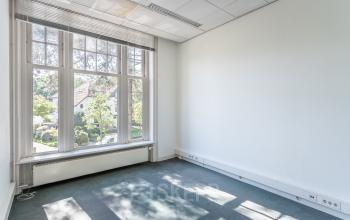 historisch karakteristiek pand hilversum vlak bij het mediapark gratis parkeren grote kantoorkamers kantoorruimte mooi uitzicht grote kantoortuin balkon openslaande deuren