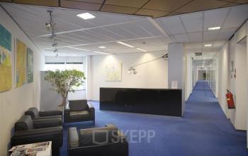 kantoorgebouw naarden gooimeer receptiebalie loungestoelen vloerbedekking gang