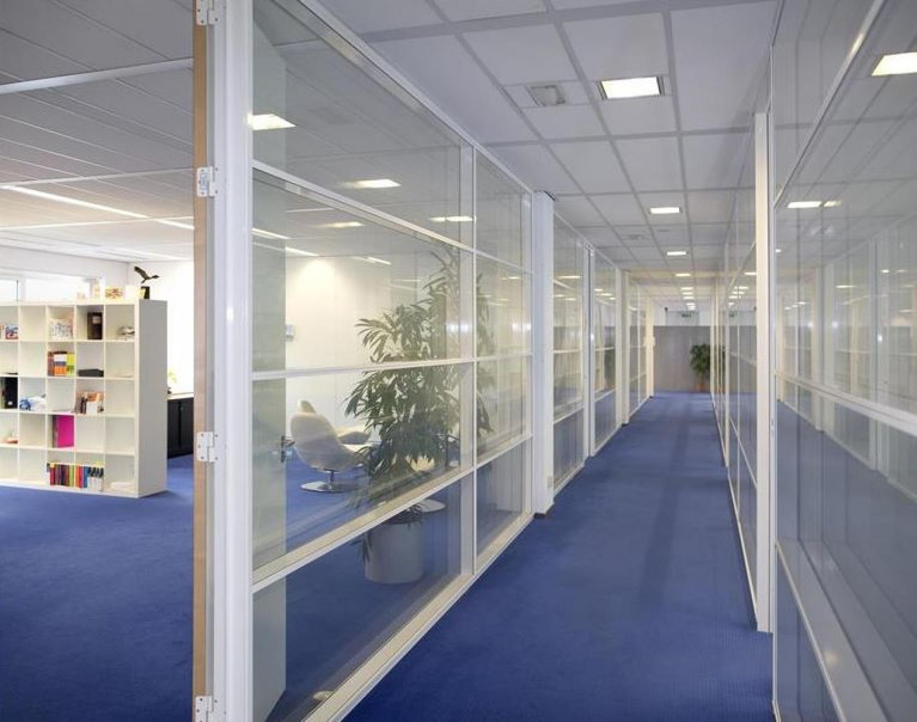gang vloerbedekking ramen transparant kantoorruimte naarden gooimeer