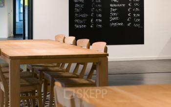 werkcafé brasserie kantoor nieuwegein zoomstede huren kantoorruimte lunchruimte tafels stoelen SKEPP