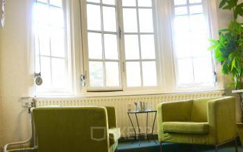 kantoorruimte spreekruimte vergaderruimte gemeubileerd twee loungestoelen ramen uitzicht lichtinval nijmegen