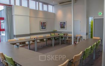 kantoorgebouw nabij snelweg Nuenen met oplaadpunt auto
