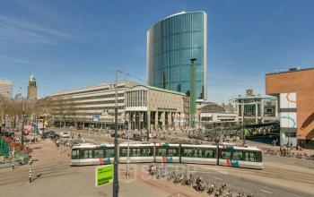 buitenzijde kantoorgebouw centrum rotterdam tram kantoorruimte beschikbaar
