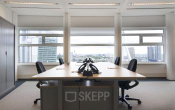 kantoor bureau tafel stoelen telefoon ramen uitzicht