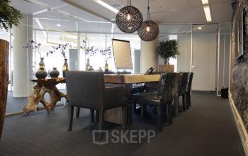 tafel stoelen lamp kantoorkamer werkplek
