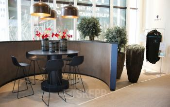 tafel stoelen bloemen lounge sociaalhart
