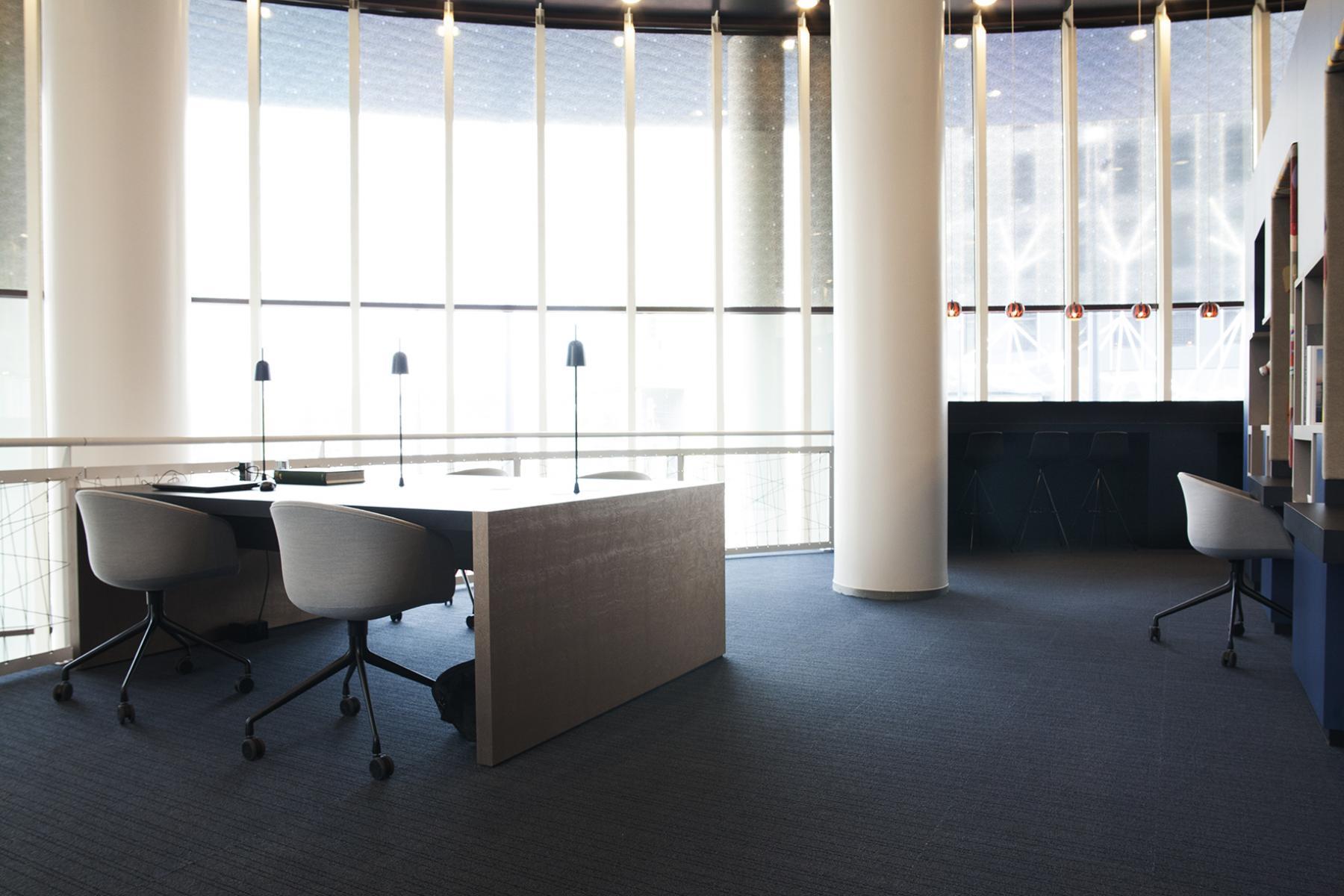 bureau tafel stoelen ramen licht