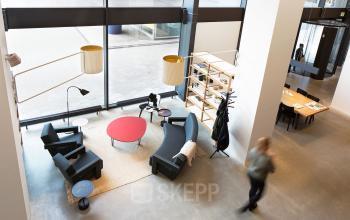 kantoorruimte huren rotterdam hofplein werkplek tafel stoel lounge