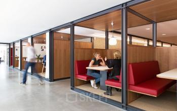 kantoorruimte hofplein rotterdam vergaderruimte te huur bank meubilair