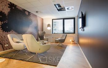 kantoorgebouw rotterdam alexander marten meesweg loungestoelen loungebank televisie vloerbedekking muurschildering informele vergaderingen