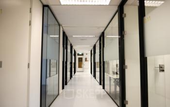 kantoorruimten rotterdam alexander marten meesweg gang kamers ramen transparant wit