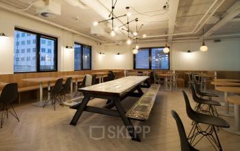 lunchruimte kantoorpand rotterdam marten meesweg tafel stoelen lampen design modern