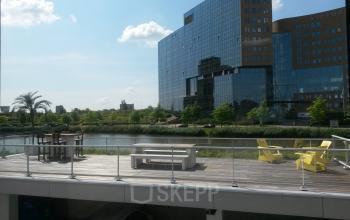 terras met loungeplekken aan het water bij kantoorgebouw rotterdam kantoorruimte te huur