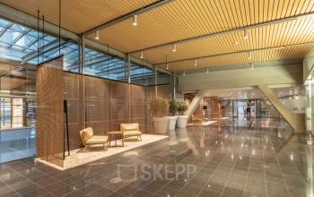Grote hal Schiphol kantoorruimtes ruim ingericht gemeubileerd