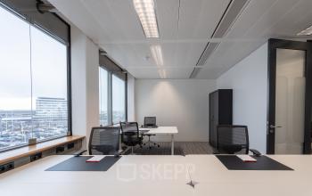 Net licht ingericht kantoorruimte mooi uitzicht