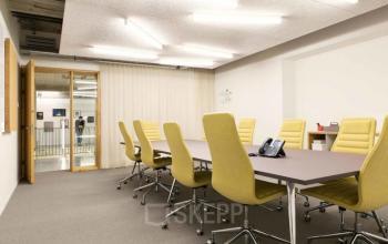 Vergaderruimte met gele stoelen