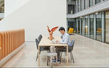 Werken in groot kantoorgebouw